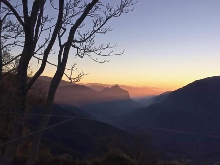 Le case dell'Arco, Monte San Vito, Scheggino, tramonto in montagna